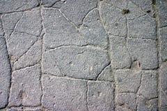 Grauer Asphalt, bedeckt mit Sprüngen lizenzfreie stockfotos