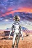 Grauer Ausländer und UFO in der Wüste Lizenzfreies Stockfoto