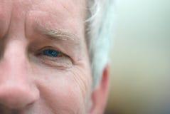 Grauer behaarter älterer Mann Stockfoto