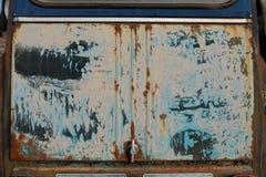 Grauer beige blauer schwarzer alter Schmutz verkratzte schmutzige rostige Weinlese gemaltes Metallauto lizenzfreie stockfotos