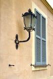 Grauer Fenster jerago Tageshölzerne Jalousien der Beton Stockbild
