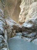 Grauer Fluss in den weißen Felsen der Schlucht Saklıkent Lizenzfreies Stockfoto