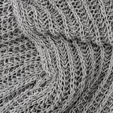 Grauer gestrickter Pulloverhintergrund Stockfoto