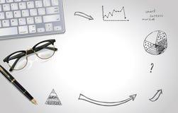 Grauer Hintergrund mit des Notizbuches, Glas- und handgemachten Gekritzel des Laptops, des Stiftes, Draufsicht mit Kopienraum, fl Lizenzfreie Stockbilder