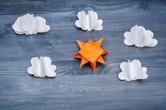 Grauer Hintergrund mit Papierwolken und Sonne Lizenzfreie Stockfotos