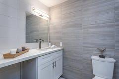 Grauer Innenraum eines neuen Badezimmers im Appartementkomplex stockbilder