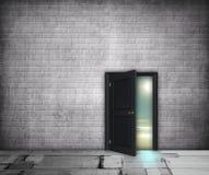 Grauer Innenraum mit halb offener Tür auf der Landschaft Stockfotografie