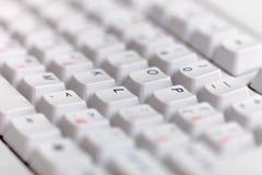 Grauer klassischer Computertastaturabschluß oben Stockfotografie