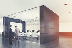 Grauer Konferenzsaal, ein Plakat, Männer Lizenzfreies Stockbild