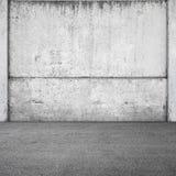 Grauer konkreter Zaun und Asphalt Stockfoto