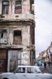 Grauer Oldtimer vor gealterter Fassade in Havana, Kuba lizenzfreies stockbild