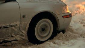 Grauer Personenkraftwagen gehaftet im Schnee stock video footage
