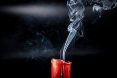 Grauer Rauch, der oben fliegt Stockbild