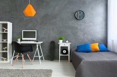 Grauer Raum mit wenig Farbe stockbild