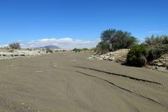 Grauer Sand im trockenen Flussbett Lizenzfreie Stockbilder