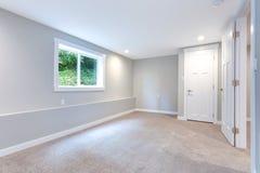 Grauer Schlafzimmerinnenraum mit errichtet im Wandschrank stockbild