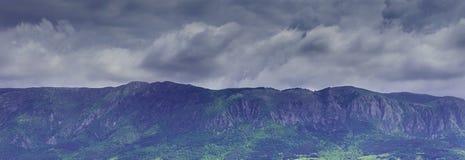 Grauer stürmischer Himmel über Berg Drastische wilde Landschaft Lizenzfreies Stockbild