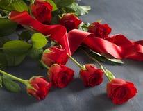 Grauer Stein mit einem Bündel roten Rosen Lizenzfreie Stockfotos