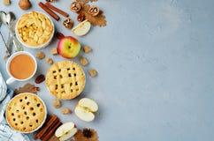 Grauer Steinhintergrund mit Apfelkuchen, Tee und Nüssen lizenzfreies stockbild