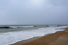 Grauer Tag am Strand Lizenzfreie Stockbilder