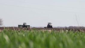 Grauer Traktor gehen auf Schwarzerdefeld stock video footage