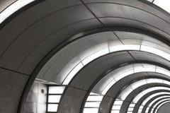 Grauer Tunnel mit gelber Beleuchtung Lizenzfreie Stockfotografie