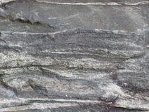Grauer und weißer gestreifter Felsen für Hintergrund Lizenzfreie Stockfotografie