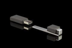 Grauer USB-Stick lokalisiert auf schwarzem Hintergrund Lizenzfreie Stockfotos