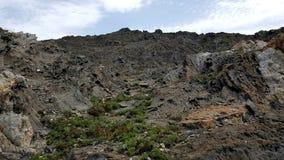 Grauer vulkanischer felsiger Landschaftsberg Stockbild