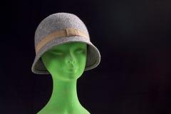 Grauer weiblicher Hut auf Mannequinkopf Stockbild