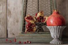 grauer Weinlesevase des saftigen roten Granats lizenzfreies stockfoto