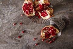 grauer Weinlesevase des saftigen roten Granats lizenzfreie stockfotos