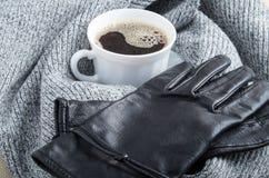 Grauer Wollschal und -Lederhandschuhe um die weiße Schale von coffe Lizenzfreies Stockbild