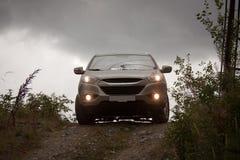 Graues Auto auf Hügel Lizenzfreie Stockbilder