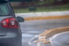 Graues Auto am regnerischen Tag stockfotos