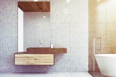 Graues Badezimmer mit einer Wanne getont Stockfoto