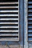 Graues Fenster castellanza Jalousien im konkreten Ziegelstein Lizenzfreies Stockfoto