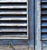 Graues Fenster castellanza Jalousien im konkreten Ziegelstein Stockfotografie
