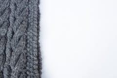 Graues Garn und Stricknadeln Stockbild