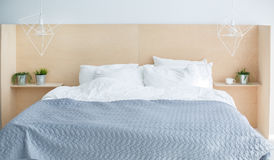 Graues modernes Bett mit hölzernem Kopfende lizenzfreie stockfotografie