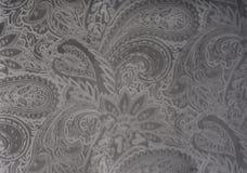 Graues oder silbernes Samtgewebe mit einem Weinleseeleganten Blumenmuster oder einer Luxusbeschaffenheit Stockbild