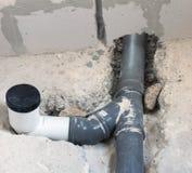 Graues PVC-Abwasserrohr in einem Gebäude Stockbild