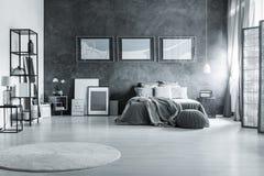 Graues Schlafzimmer im Dachboden lizenzfreie stockfotografie