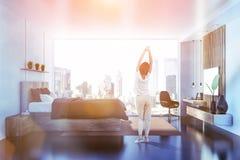 Graues Schlafzimmer mit Fernsehseitenansicht, Frau lizenzfreies stockfoto