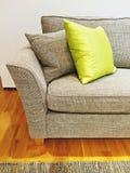Graues Sofa mit Kissen im Wohnzimmer Lizenzfreies Stockbild
