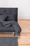 Graues Sofa mit Kissen und Wurf Stockfotografie