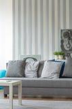 Graues Sofa mit kleinen Kissen Stockfotografie