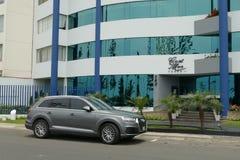 Graues SUV Audi Q7 parkte in Miraflores, Lima Lizenzfreie Stockfotos