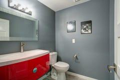Graues und rotes Badezimmerdesign in frisch nach Hause erneuert stockfoto