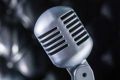 Graues Weinlesemikrofon auf schwarzem Hintergrund Stockbilder